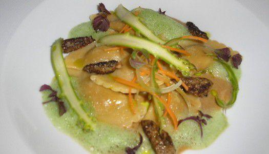 Gyömbéres nyúlravioli, kucsmagomba krémmel, spárga salátával és shiso-val