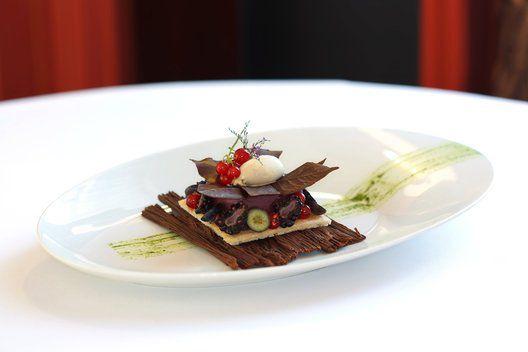Ez egy meg nem jelent tányérdesszert Pétertől. A Forest nevet viselő desszert tartalma: csokoládé fakéreg, mandulás daquoise piskóta, feketeribizli mousse, csokoládé falevelek, bodza fagyi, friss erdei gyümölcsök illetve menta coulis