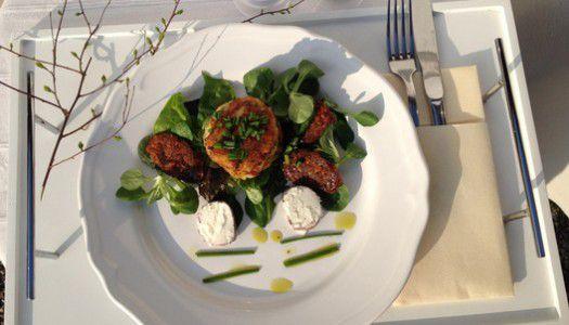 Metélőhagymás kecskesajtos dödölle salátával – Kővirág étterem receptje