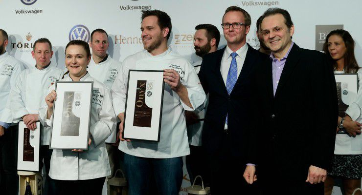 A Volkswagen-Dining Guide Év Étterme Díjat Németh Balázs, a Volkswagen márkaigazgatója  adta át az Onyx-csapatnak.  fotó: Schumy Csaba