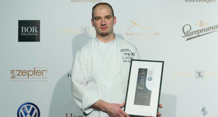 Az Émile is a TOP10-ben. A díj Kövér Gergely séf kezében.  fotó: Schumy Csaba