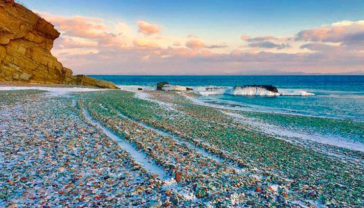 Vodkás üvegekből festői tengerpart