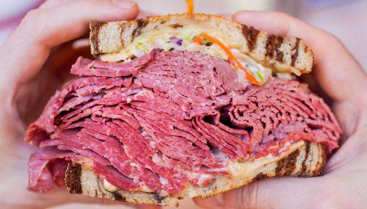 Hústornyok találkozása: a csupa hús pastrami és a tocsogós Reuben