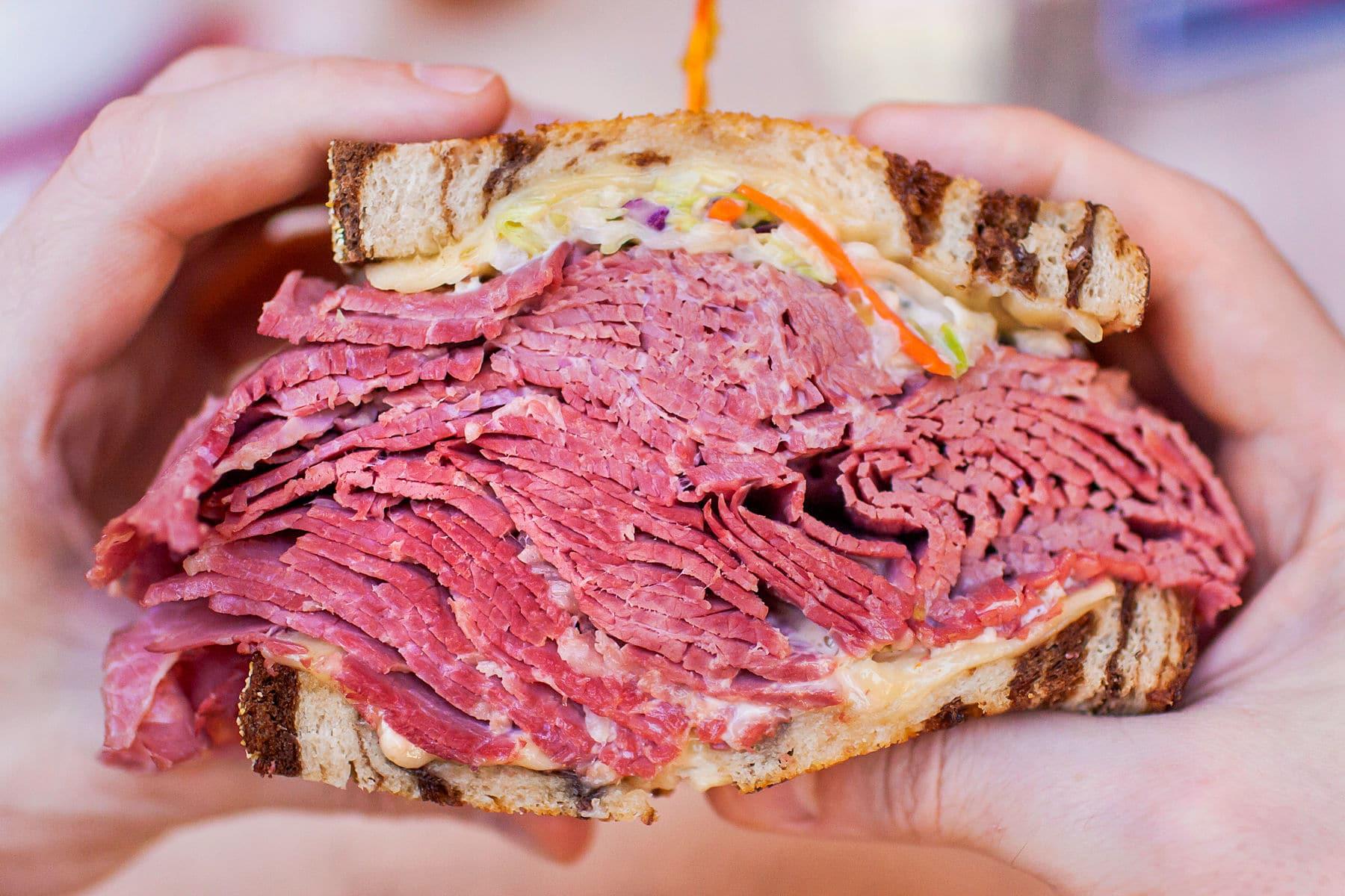 Hústornyok találkozása: a csupa hús pastrami és a tocsogós Reuben - Dining Guide